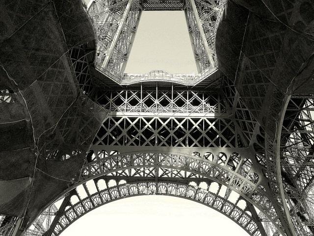 """6. Ban đầu, người Pháp đặc biệt khó chịu trước sự hiện diện của Eiffel. Thậm chí, một nhóm kiến trúc sư và học giả đã ký vào văn bản phản đói việc xây dựng tòa tháp. Họ gọi công trình này là """"vô dụng"""" và """"quái dị""""."""