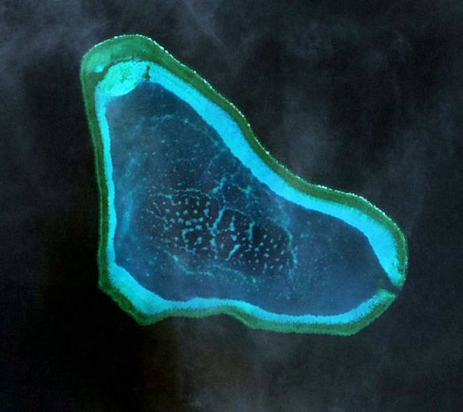 Bai hoc Philippines: Mat bai can vi tin Trung Quoc hinh anh 1 Ảnh chụp bãi Scarborough từ trên không. Ảnh: globalsecurity.org