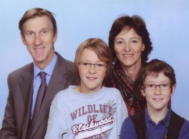 Hai gia dinh Anh thiet mang toan bo trong tai nan MH17 hinh anh 1 Gia đình ông Andrew Hoare, người vợ Estella và hai con trai Jasper, (trái) và Friso. Ảnh: Daily Mail