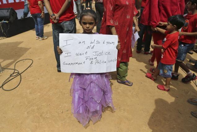 Be gai 6 tuoi bi thay cuong buc ngay trong truong hinh anh 1  Một bé gái cầm tấm bảng hiệu trong cuộc biểu tình phản đối thái độ thờ ơ của cảnh sát sau vụ cưỡng hiếp bé gái 6 tuổi. Ảnh: the