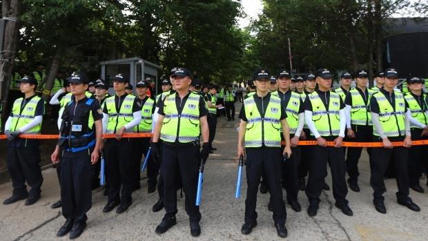 Lực lượng cảnh sát bao vây trước một nhà thờ tại thành phố Anseong, tỉnh Gyeonggi, Hàn Quốc nhằm truy lùng chủ tàu Sewol hôm 12/6.