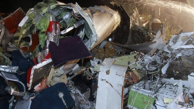 Nhan chung vu ATR 72: 'Toi nhin thay mot qua cau lua' hinh anh 1 Hiện trường ngổn ngang sau vụ tai nạn. Ảnh: AFP