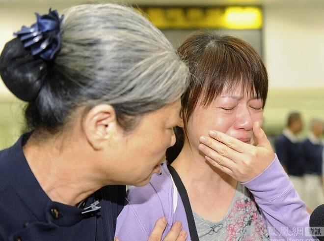 Mẹ và vợ một nạn nhân đau buồn khi biết tin người đàn ông trong gia đình đã thiệt mạng trên chuyến bay của hãng hàng không TransAsia Airways. Ảnh: Takungbao