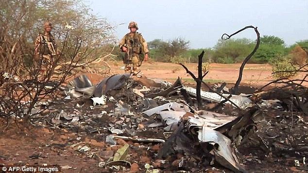 Những mảnh vỡ của máy bay nằm rải rác ở sa mạc Sahara, khu vực gần làng Boulikessi, Mali. Đây là nơi cách biên giới Burkina Faso khoảng 50 km. Chuyến bay AH5017 của hãng hàng không Air Algerie, chở 110 hành khách và 6 thành viên phi hành đoàn, đã mất liên lạc với trạm kiểm soát không lưu chỉ 50 phút sau khi cất cánh hôm 24/7. Ảnh: AFP
