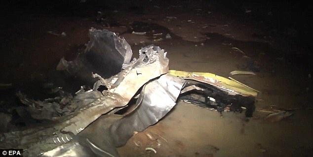 """Các bộ phận của máy bay rơi xung quanh khu vực tai nạn. Sau khi hai máy bay chiến đấu Mirage 2000 của Pháp phát hiện mảnh vỡ của phi cơ, máy bay chiến đấu của Pháp, lực lượng gìn giữ hòa bình của Liên Hợp Quốc và nhiều tổ chức khác đã bắt đầu cuộc tìm kiếm.  Tướng Gilbert Diendere, thuộc quân đội Burkina Faso nói với AP rằng: """"Đội cứu hộ đã tìm thấy thi thể của các nạn nhân và mảnh vỡ của máy bay. Nó đã bốc cháy và vỡ vụn"""