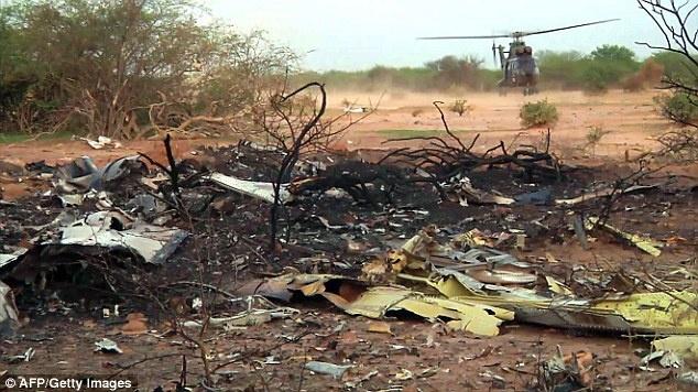 Tổng thống Pháp francois hollande hôm 25/7 thông báo quân đội nước này đã tìm thấy một trong hai hộp đen của máy bay tại hiện trường ngổn ngang sau tai nạn. Quuân đội Pháp sẽ chuyển hộp đen mà họ vừa tìm thấy về thành phố Gao tại miền bắc Mali. Ảnh: AFP