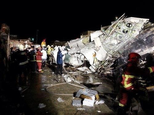3 tham hoa hang khong kinh hoang trong 7 ngay hinh anh 5 CNN dẫn lời các một vài hãng truyền thông cho biết, máy bay hạ cánh trong điều kiện gió mạnh vì cơn bão Matmo đổ bộ vào Đài Loan vào sáng hôm đó. Tuy nhiên, bà Jean Shen, giám đốc Cơ quan hàng không dân dụng Đài Loan, cho biết thời tiết đêm 23/7 thuận lợi cho hoạt động của máy bay và nhấn mạnh các điều tra viên không loại trừ bất kỳ khả năng nào khi tìm hiểu nguyên nhân tai nạn. Hiện họ đã tìm thấy cả hai hộp đen của máy bay. Việc mở và kiểm tra hộp đen sẽ được thực hiện vào ngày 25/7.