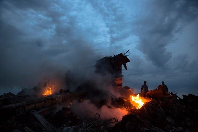 3 tham hoa hang khong kinh hoang trong 7 ngay hinh anh 1 Hôm 17/7, chuyến bay MH17 của Malaysia Airlines trong lộ trình từ Kuala Lumpur tới Amsterdam đã bị bắn hạ ở độ cao 10.060 m khi bay qua làng Grabovo, Donetsk – khu vực chiến sự ác liệt nhất tại Ukraina.  Vụ tai nạn khiến toàn bộ 298 người trên máy bay thiệt mạng. Phương Tây nói rằng, họ có bằng chứng cho thấy lực lượng nổi dậy đã hạ Boeing 777 do nhầm lẫn bằng tên lửa SA-11, được phóng từ hệ thống Buk-M1 SAM.