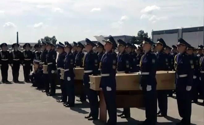 3 tham hoa hang khong kinh hoang trong 7 ngay hinh anh 3  23/7, hai máy bay chở thi thể nạn nhân trong thảm họa MH17 bị bắn rơi ở miền đông Ukraina đã hạ cánh xuống Eindhoven, Hà Lan. Sau khi nhận dạng, 194 hành khách Hà Lan sẽ an nghỉ tại quê hương còn nạn nhân khác sẽ tiếp tục hành trình về đất mẹ. Vụ việc của MH17 đã khiến cả thế giới bàng hoàng và gợi nhớ những đau thương sau sự mất tích bí ẩn của chuyến bay MH370 hồi tháng 3.