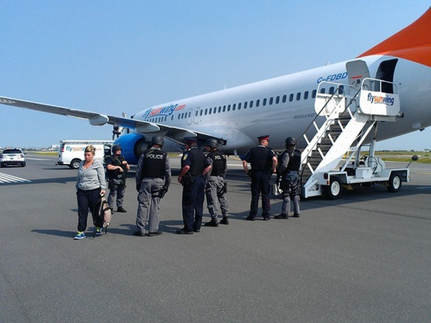 Lực lượng cảnh sát làm nhiệm vụ trên máy bay Boeing 737-800 số hiệu 772của hãng Sunwing Airlines. Ảnh: