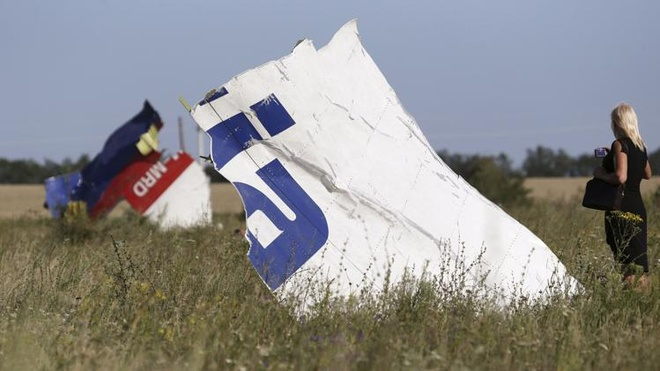 The tin dung cua nan nhan MH17 van hoat dong hinh anh 1 Một phụ nữ chụp ảnh mảnh vỡ của máy bay Boeing 777