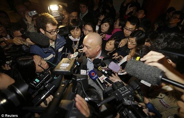Ông Hugh Dunleavy, giám đốc thương mại của Malaysia Airlines, trong vòng vây báo chí. Ảnh: Reuters