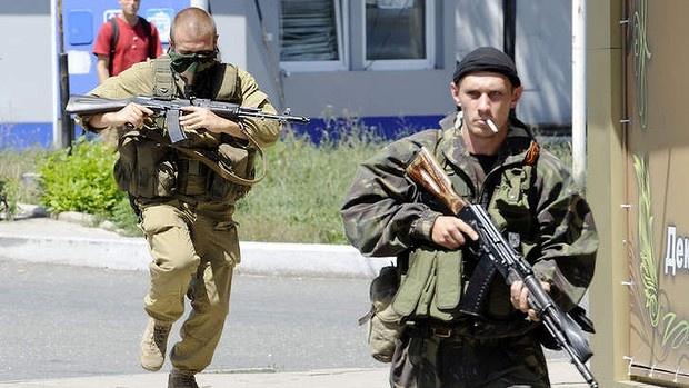 Nga to Ukraina muon chiem hien truong vu MH17 hinh anh 1 Những tay súng thuộc lực lượng ly khai ở miền đông Ukraina. Ảnh: AFP