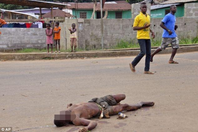 So dich Ebola, nguoi dan nem xac benh nhan giua pho hinh anh 1 Xác một nam giới nhiễm virus Elbola nằm trơ trọi và dần thối rữa giữa đường phố của Liberia.