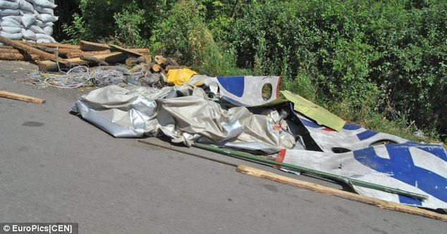 Báo chí Ukraina cáo buộc phiến quân dùng xác máy bay làm rào chắn. Ảnh: EuroPics