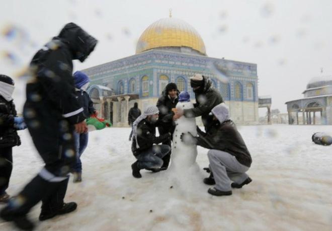 Nhung canh bao dang so ve bien doi khi hau (ky 2) hinh anh 4 Tháng 12/2013, người dân thánh địa Jerusalem, Isareal phải vất vả đối mặt với một cơn bão tuyết hiếm có trong lịch sử kể từ năm 1953.