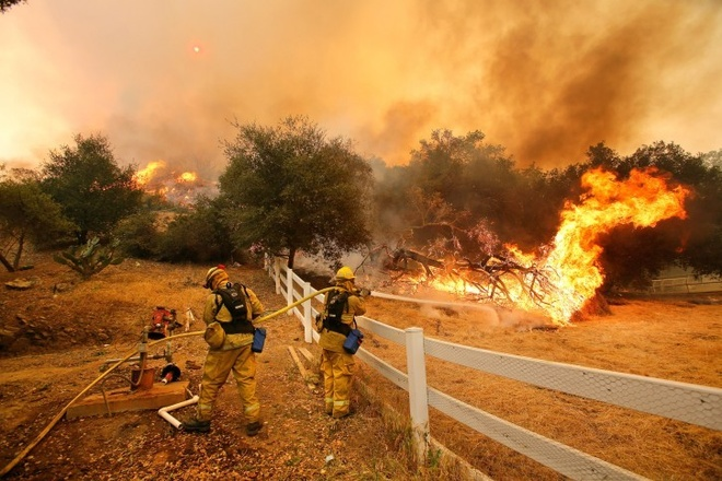 Nhung canh bao dang so ve bien doi khi hau (ky 2) hinh anh 6 Lính cứu hỏa vật lộn với vụ cháy rừng tại thung lũng Hidden, bang California ngày 3/5/2013.