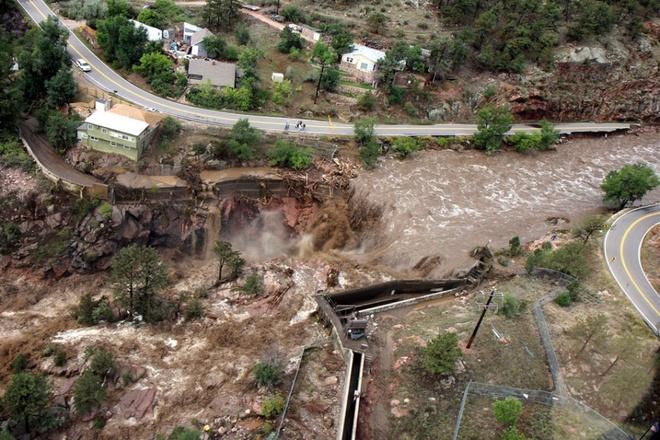 Nhung canh bao dang so ve bien doi khi hau (ky 2) hinh anh 8 Một thác nước chảy mạnh đã phá ủy hoàn toàn cây cầu dọc theo đường cao tốc 34 hướng về phía công viên Estes, bang Colorado ngày 13/9/2013. Hàng ngàn người buộc phải sơ tán khẩn cấp sau hiện tượng thiên nhiên đáng sợ này.