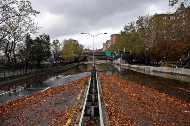 Nhung canh bao dang so ve bien doi khi hau (ky 2) hinh anh 9 Đường lát gỗ FDR ở thành phố New York, Mỹ, ngập sau trong nước sau khi bão Sandyđổ bộ, mang những con sóng lớn tràn vào bờ hôm 30/10/2012.