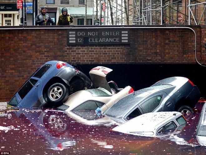 Nhung canh bao dang so ve bien doi khi hau (ky 2) hinh anh 10 Ô tô nằm ngổn ngang tại một bãi đậu xe ngập nước ở New York sau siêu bão Sandy. Đây là cơn bão mạnh nhất tấn công nước Mỹ trong vòng 100 năm qua.