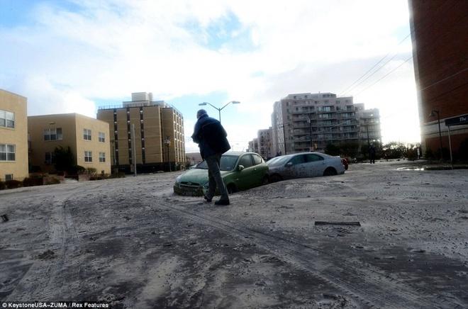 Nhung canh bao dang so ve bien doi khi hau (ky 2) hinh anh 11 Một người đàn ông di chuyển qua con phố đầy cát