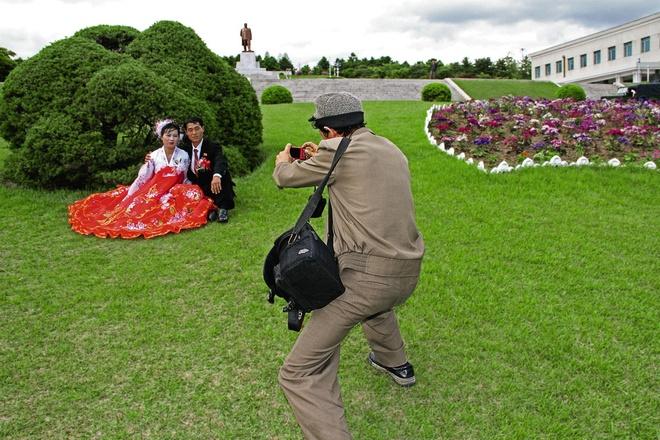 Cặp đôi chụp ảnh cưới tại một công viên ở thành phố Kaesong.