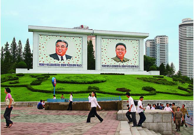 Người dân thủ đô Bình Nhưỡng đi bộ qua khu vực trung tâm. Với 3 triệu người, đây là thành phố có số dân đông nhất tại Triều Tiên.