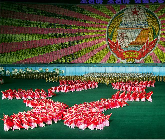 Hơn 100.000 người tham gia lễ hội đồng diễn Arirang tại sân vận động 1/5 ở Bình Nhưỡng. Triều Tiên đã tổ chức lễ hội Arirang trong suốt hơn một thập kỷ qua để giới thiệu lịch sử và phục vụ mục đích tuyên truyền. Thậm chí, sự kiện này còn xuất hiện trong sách kỷ lục Guiness về màn đồng diễn lớn nhất thế giới vào năm 2007.