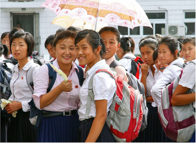 Các em học sinh tại Bình Nhưỡng đeo phù hiệu in hình nhà sáng lập Triều Tiên Kim Nhật Thành.