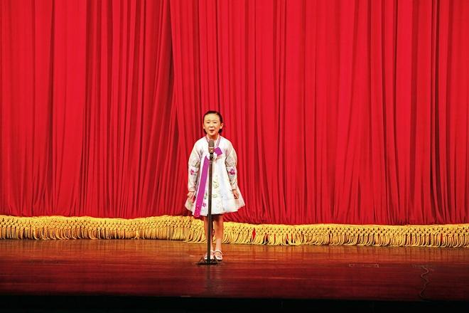 Màn biểu diễn của một em học sinh tại  trường Cách mạng Mangyongdae. Học sinh Bình Nhưỡng có cơ hội học thêu, vẽ, múa, âm nhạc… tại cơ sở giáo dục này.