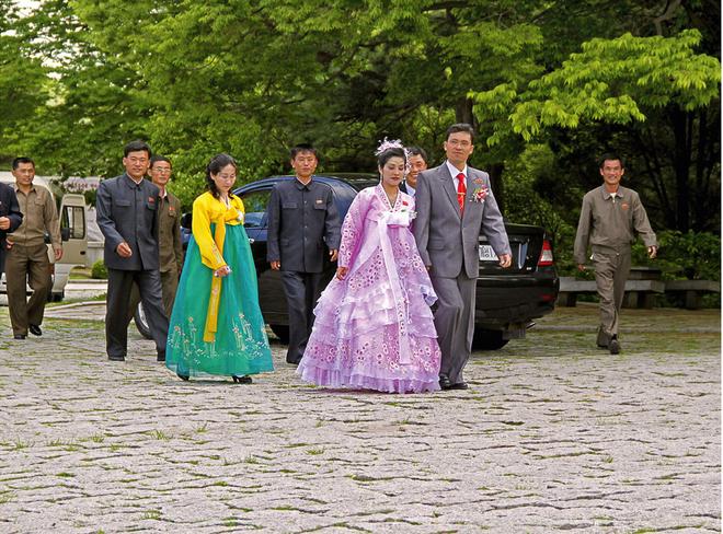 Một cô dâu mặc trang phục truyền thống tại cảng Nampho.