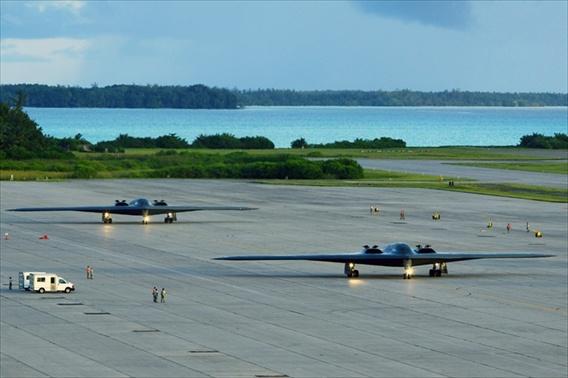 Cac vu khi sieu hang tai can cu quan su My hinh anh 11 Với việc Bộ quốc phòng Mỹ tập trung di chuyển chiến lược đến khu vực Thái Bình Dương, đảo Guam sẽ trở thành cơ sở hậu cần cho máy bay chiến đấu, tàu chiến của quân đội Mỹ triển khai tại Tây Thái Bình Dương. Điều này làm cho Mỹ có khả năng lên kế hoạch và thực hiện những nhiệm vụ chiến lược. Trong ảnh: Máy bay B-2B tại Guam.