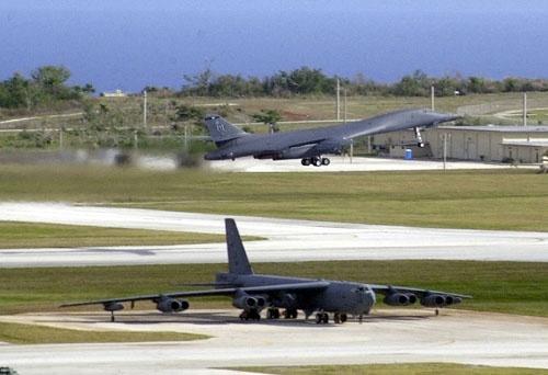 Cac vu khi sieu hang tai can cu quan su My hinh anh 7 Về lực lượng Không quân ở Guam (cụ thể là căn cứ Andersen), thường xuyên có sự hiện diện của máy bay ném bom chiến lược như B-52, B-1B hay B-2. Tuy nhiên, sự hiện diện này không mang tính lâu dài mà luôn được luân chuyển chu kì 6 tháng/lần. Trong ảnh: Máy bay B-1B tại Guam.