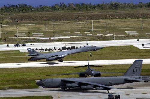 Cac vu khi sieu hang tai can cu quan su My hinh anh 8 Từ năm 2010 đến nay, Andersen còn được trang bị máy bay không người lái RQ-4 Block 30 Global Hawk. Thực tế cho thấy, những máy bay này đã phát huy tác dụng trong trận động đất Nhật Bản năm 2011 và thảm họa bão tại Philippines năm 2013. Trong ảnh: Máy bay B-1B tại Guam.