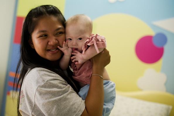 Thai Lan tranh cai ve de thue hinh anh 2 Cô Pattaramon Chanbua trở thành mẹ bất đắc dĩ của đứa bé bị hội chứng Down do một cặp vợ chồng Australia bỏ lại. Ảnh: AFP