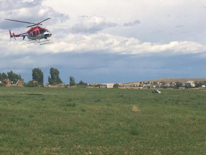 May bay roi o My, 5 nguoi chet hinh anh 4 Một trực thăng đã được huy động tới hiện trường. Một nhân chứng tên Jan Culver cho biết khi cô cùng bạn lái xe ngang qua một đồng cỏ gần sân bay thì phát hiện thấy một đám bụi bốc lên không khí. Culver khẳng định cô không nghe thấy tiếng động cơ khi máy bay rơi.  Sau đó, hai người đã tới hiện trường để giúp đỡ các nạn nhân.