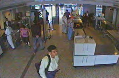 Tên Khalid Almihdhar, một trong những tên không tặc, đi qua cửa an ninh tại sân bay quốc tế Dulles ở Chantilly, Virginia, ngày 11/9. Ảnh: AP