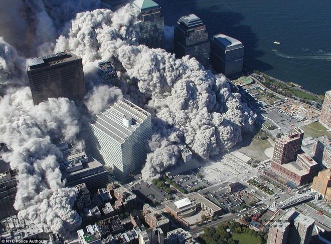 Khoảnh khắc Trung tâm thương mại thế giới sập đổ sau khi không tặc điều khiển máy bay lao vào tòa nhà. Ảnh: NYC Police