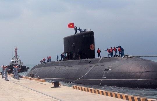 Tàu ngầm Kilo của Hải quân Việt Nam tại cảng Cam Ranh. Ảnh: Infonet