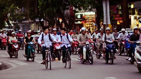 Ac mong giao thong Ha Noi len bao nuoc ngoai hinh anh 2 Để băng qua đường tại Hà Nội cần kỹ năng và sự tự tin. Ảnh: AirAsia