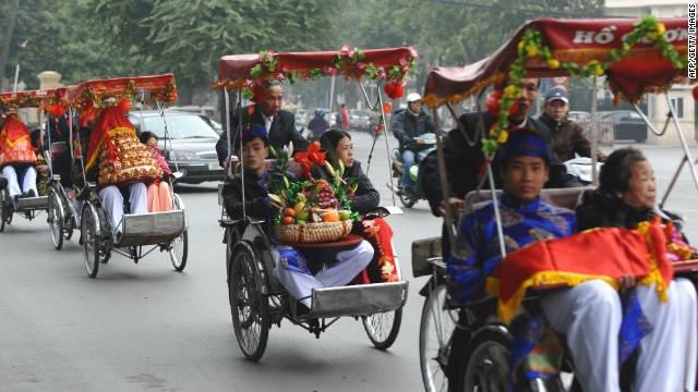 Ac mong giao thong Ha Noi len bao nuoc ngoai hinh anh 3 Một đoàn rước dâu bằng xe xích lô ở Hà Nội. Ảnh: CNN