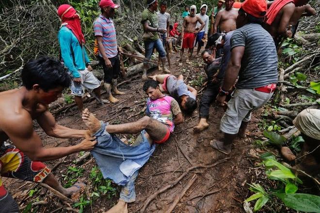 """Tho dan rung ram Amazon duoi danh lam tac hinh anh 2  """"Các chiến binh Ka'apor lột quần áo, trói và đánh những kẻ chống đối"""", Lunae Parracho Parracho, phóng viên ảnh của Reuters đã chứng kiến cuộc vây bắt mô tả sự việc."""