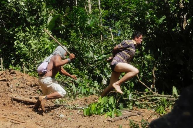 Tho dan rung ram Amazon duoi danh lam tac hinh anh 3 Một chiến binh Ka'apor cầm gậy đuổi bắt một tên lâm tặc đang chạy trốn.