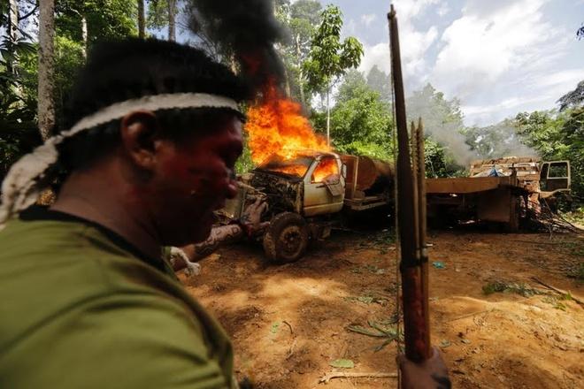 Tho dan rung ram Amazon duoi danh lam tac hinh anh 9 Chiếc xe tải bốc cháy ngùn ngụt.