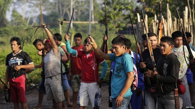 Tho dan rung ram Amazon duoi danh lam tac hinh anh 11 Các chiến binh giơ cao vũ khí thể hiện sự quyết tâm đối phó với bọn lâm tặc.