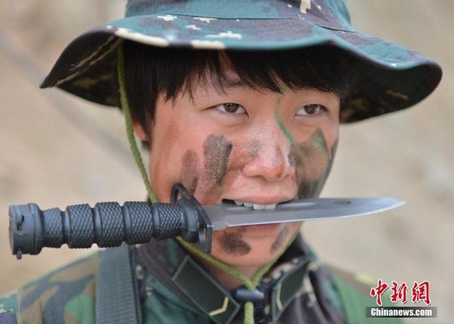 Nu binh si Trung Quoc luyen ky nang song con giua dong hoang hinh anh