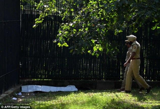 Ho giet nguoi say ruou trong vuon thu hinh anh 5 Cảnh sát tiếp cận xác nạn nhân ở góc chuồng hổ. Ấn Độ là quốc gia sở hữu 1.706 con hổ Bengal và ít hơn 100 hổ trắng, theo cuộc điều tra trong năm 2011. Hổ trăng là loài động vật nguy cấp. Tình trạng săn bắn tràn lan và mất môi trường sống do sự xâm lấn của con người là những thách thức lớn đối với nỗ lực bảo tồn hổ.