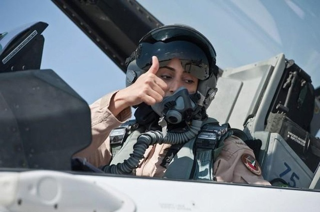 Nu phi cong tham gia chien dich nem bom IS tai Syria hinh anh 1 Phi công Major Mariam Al Mansouri. Ảnh: Bussiness Insider