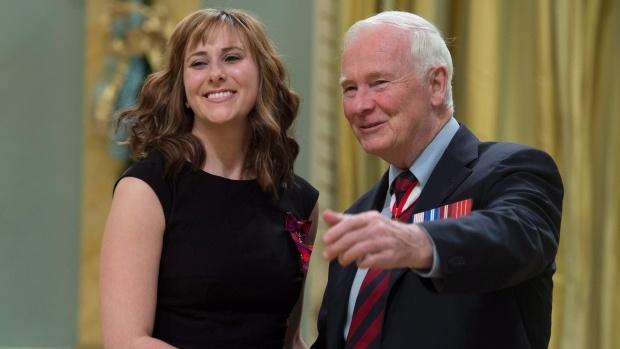Nhiem vu nguy hiem it nguoi biet cua tiep vien hang khong hinh anh 6 Tiếp viên Nicole Foren nhận huy chương vì hành động gan dạ. Ảnh: CBC