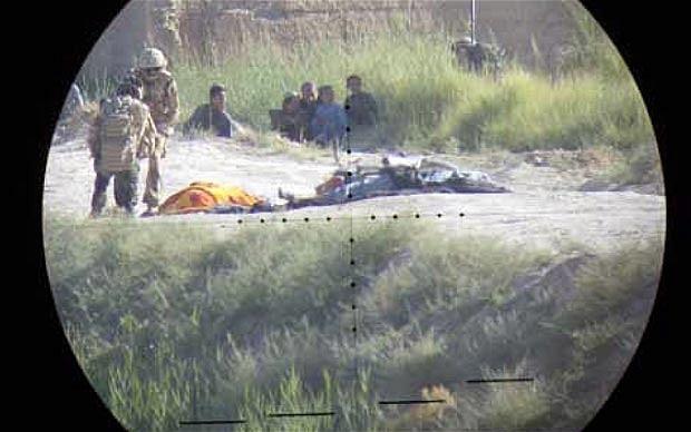 Binh sĩ thuộc đơn vị 4 Rifles kiểm tra hiện trường hai phiến quân Taliban bị bắn hạ bởi